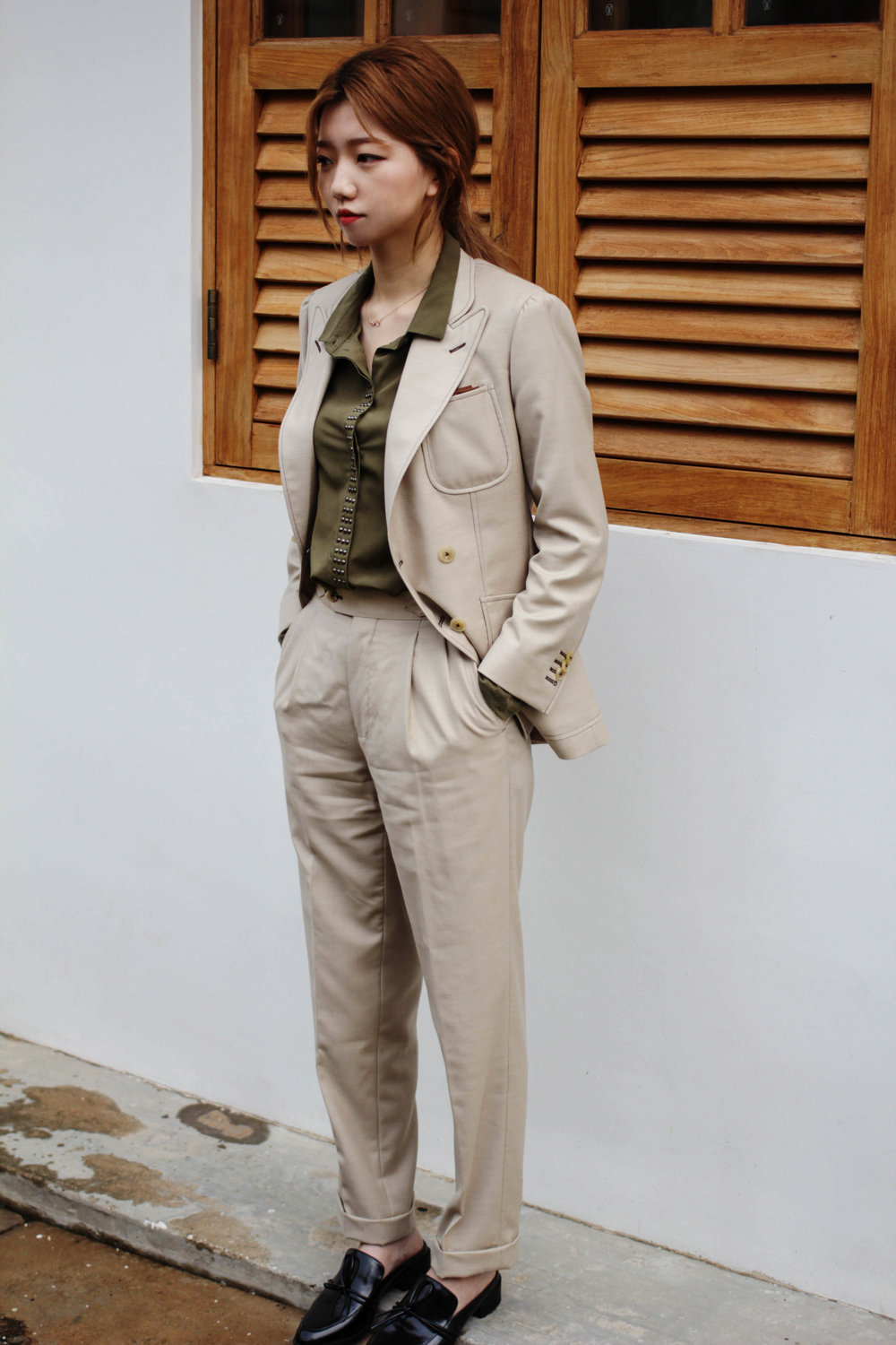 PEAK LAPEL ON THE SUIT WITH PLEATED TROUSERS FOR A SMART VINTAGE LOOK.