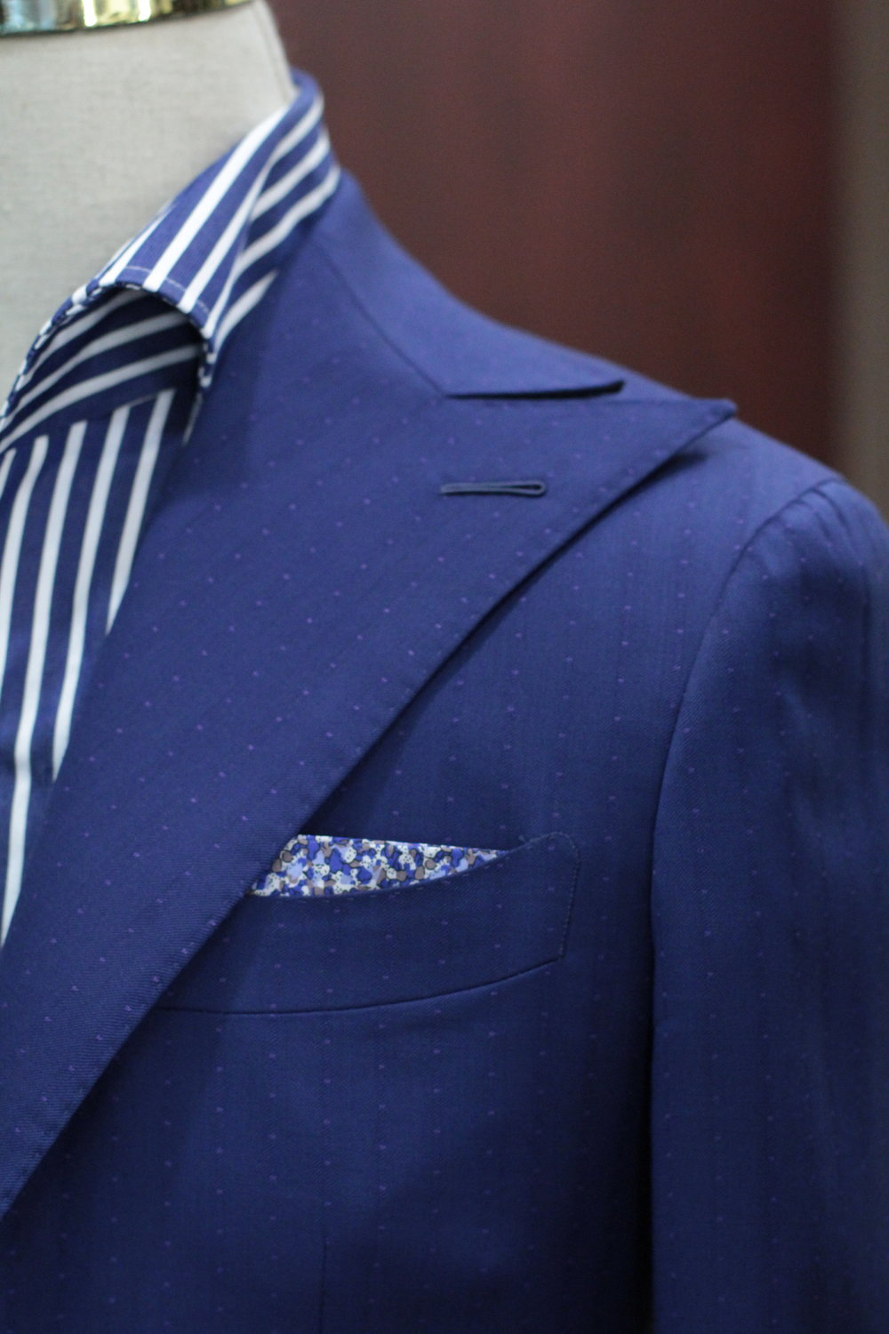 Casual Shoulder with Soft Padding with Milanese lapel hole.