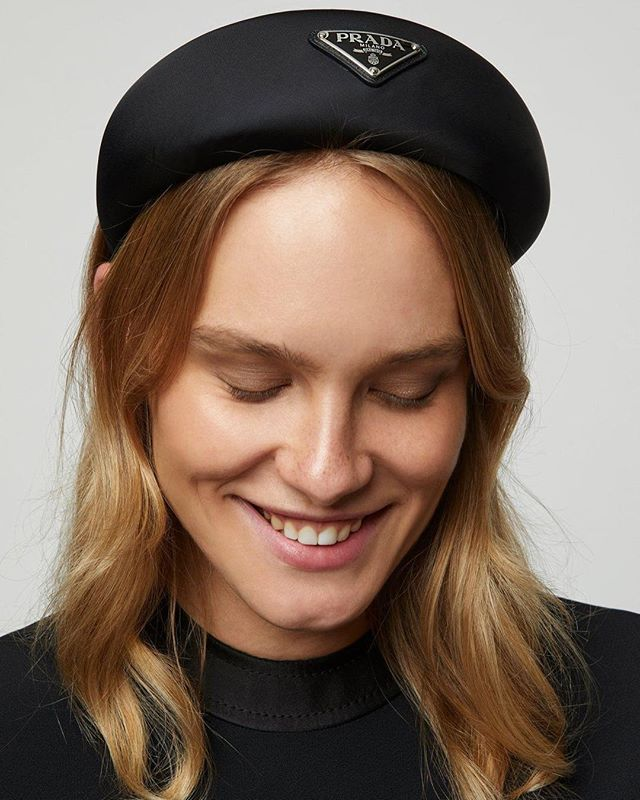 Let's NOT forget to mention the @prada headband phenomenon! We've seen it everywhere during this fashion month and the black one is already sold out which makes us even crazier.