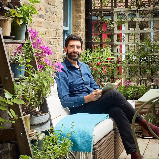 First time I post a photo of myself but I think it's time I share more about my own #interiors - so I will post about my own #home for a few days. This is on my #terrace in #hoxton / #bethnalgreen - great place #relax - #outdoordesign #rooftop #plants #flowers #interiordesigner #london #french