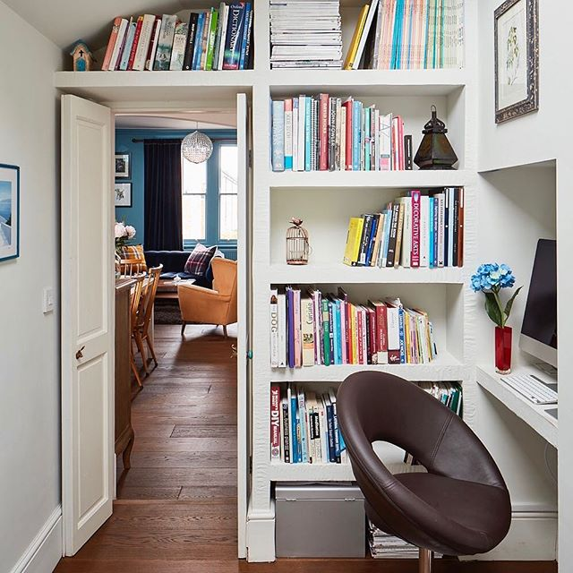 The #visit continues with the #study / #guestroom - I designed loads of #shelving space which you cannot see from the kitchen / living-room. And since the #doors stays open most of the time, they flush against the wall to take less space. #interiordesign #interiors #interiorstyling #interiorstylist #shelves #shelf #interiordesigner