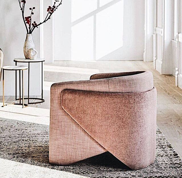 Good morning to you all.  We're obsessing over the form of this accent chair in this minimalistic home. Drawing the focus to the furniture - almost like pieces of art. Xepj 📷 Pinterest