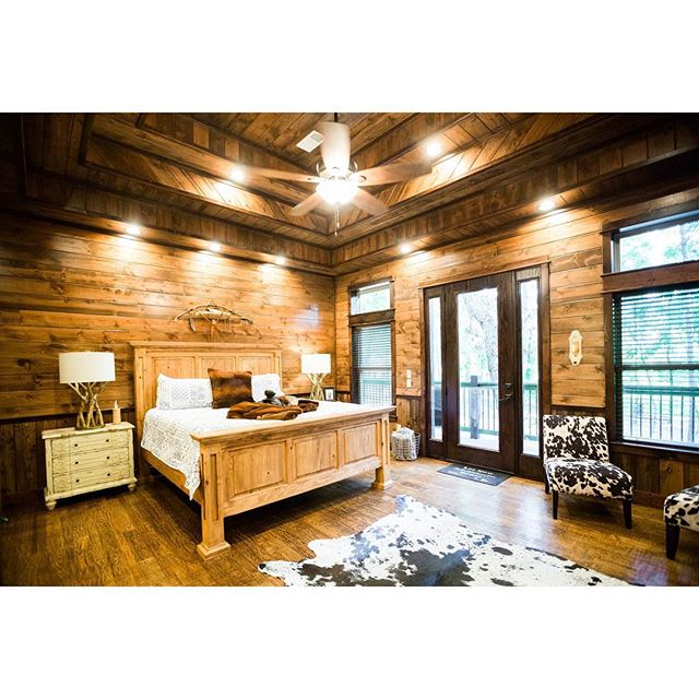 I cannot get over how cozy this bedroom is. I just wanna snuggle for days on end in this beautiful bed.  #oklahomacabins #brokenbowcabins #beaversbend