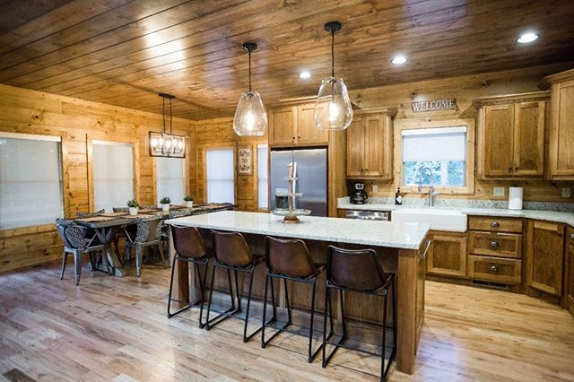 This beauty. 😍  Party of Five is one of our newer cabins, and I guarantee you will fall in love with the modern and simplistic design and decor.  #oklahomaluxurycabins #vacation #cabinlife #midcenturymodern #cabinrentals #brokenbowcabins