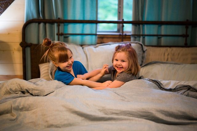 The little grands enjoying one of the cozy beds at Creekside Tango Cabin!  #familyvacation #cabinrentals #oklahomaluxurycabins #cabinlife #ouachitanationalforest