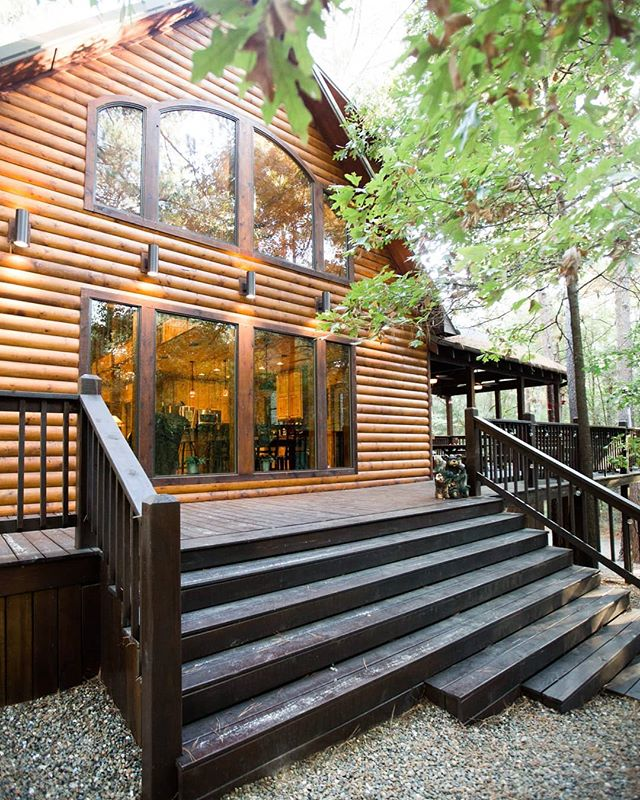 This porch though. 😍  #oklahomaluxurycabins #oklahomagetaways #vacation #outdoors #campfire #beaversbend #brokenbow #hochatime #hochatownusa #vacay