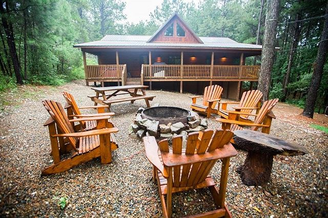 Raise your hand if you'd rather be enjoying this backyard at Tree Top Tango!  #oklahomaluxurycabins #oklahomagetaways #vacation #outdoors #campfire #beaversbend #brokenbow #hochatime #hochatownusa #vacay