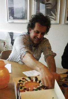 Producent Marc Bary snijdt de WIN-WIN taart aan