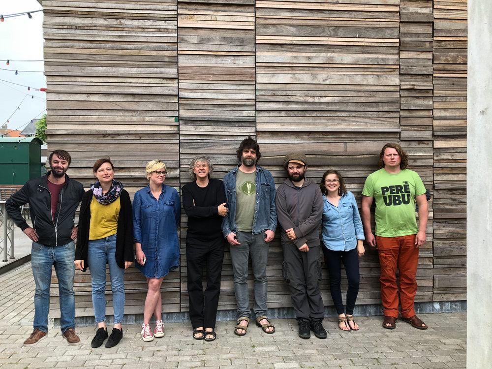 © 4AD, Het geniale team achter het milieubewuste 4AD muziekclub, De groepsfoto is genomen voor de gevel, al het hout dat je hier ziet op de gevel is afvalhout.