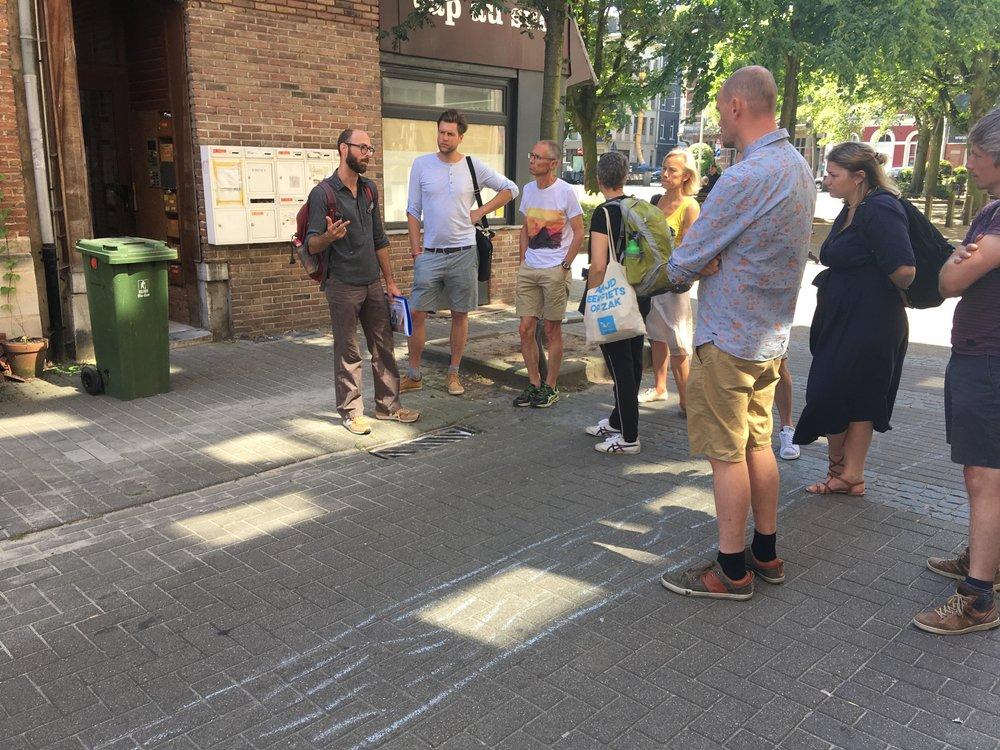 Kan er infiltratiegeul ontworpen worden in het midden van de straat, een soort rivier, waardoor waterinfiltratie, vergroening en verkoeling wordt gestimuleerd?