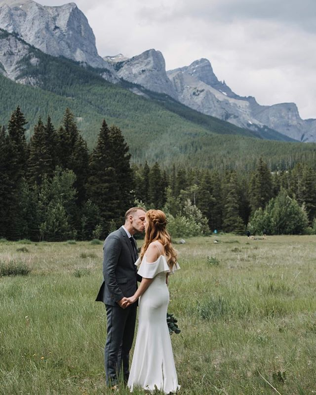 A rustic, intimate Canmore wedding 🎈 . . . . . . #wedding #calgarywedding #canmore #canmorewedding #calgaryweddingphotographer #weddingphotographer #bridetobe #knottied #yycbride