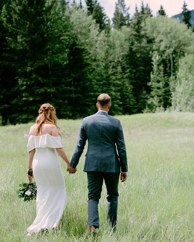 Now that most of the leaves have turned and fallen from the trees, I can't help but miss the GREENS of summer! 🌱🌳🍃 #wedding #calgarywedding #canmore #canmorewedding #calgaryweddingphotographer #weddingphotographer #bridetobe #knottied #yycbride