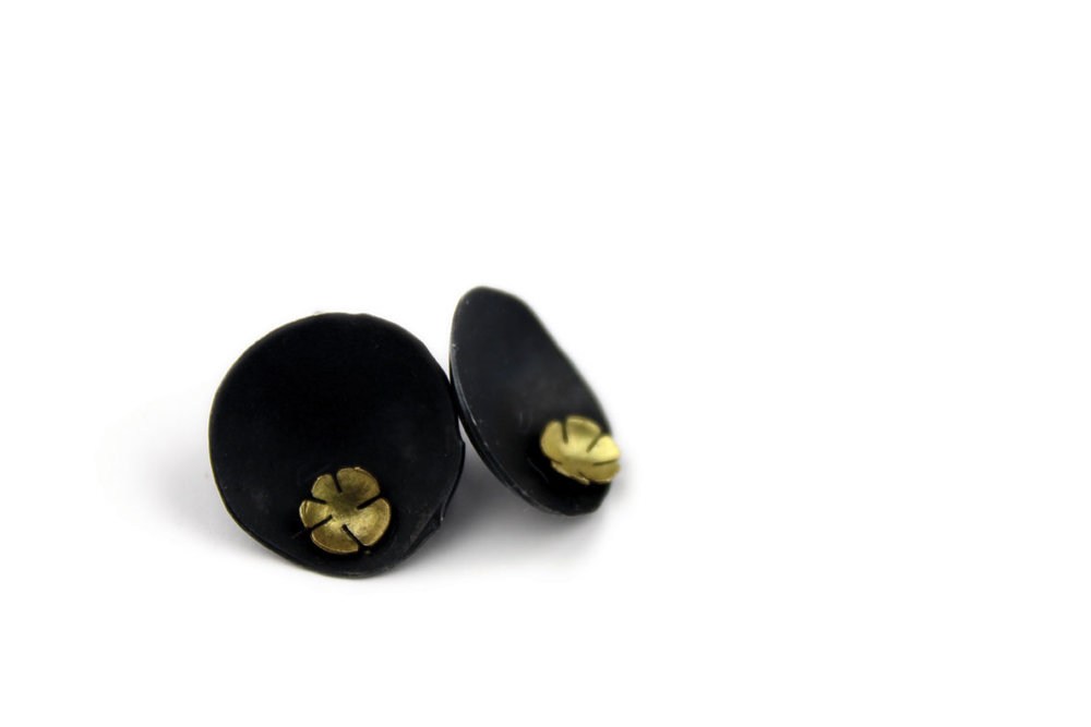 black-shell-and-flower-earing2.jpg