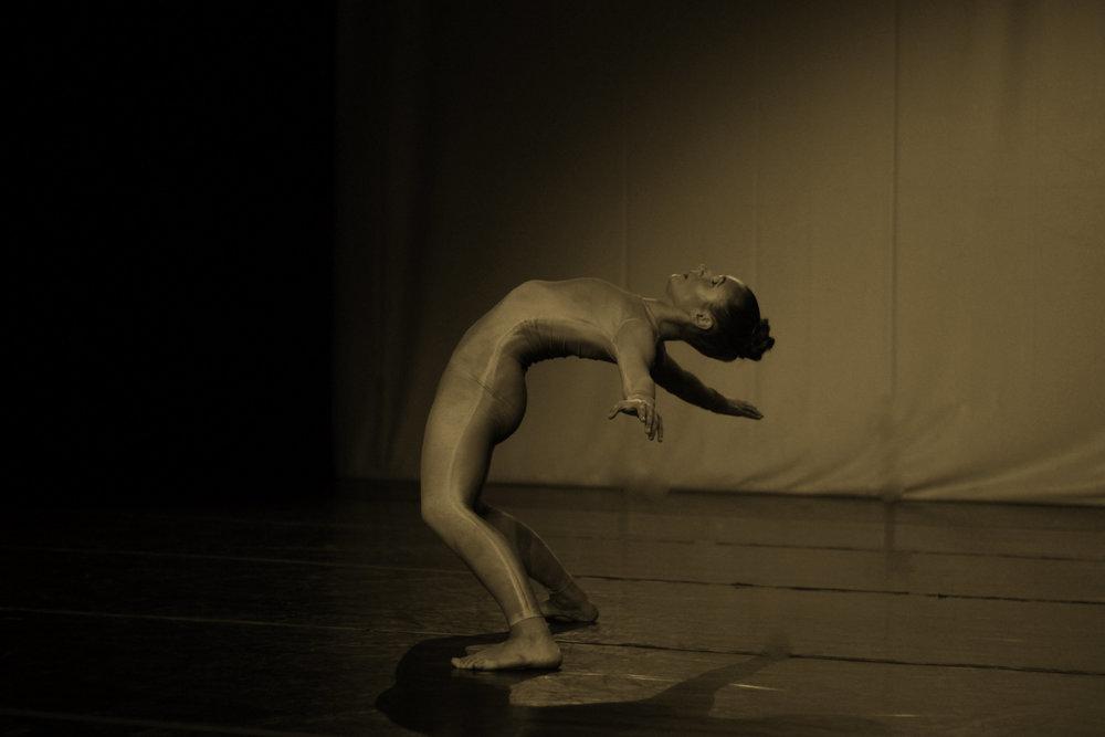 OLHODUM  Cacá Otto Reuss    OLHODUM simboliza a vontade de descoberta. Um novo olhar sobre si e sobre o mundo. Um corpo que acolhe e aceita uma possível realidade, se colocando no lugar do estranhamento e da incerteza., para alcançar uma outra forma de existir e pertencer.   FICHA TÉCNICA:    Bailarina criadora:  Cacá Otto Reuss  Orientadora:  Renata Versiani  Imagem/Projeção:  Brigitte Wittmer  Música:  Coccolino Deep – Closer  Duração:  10 minutos