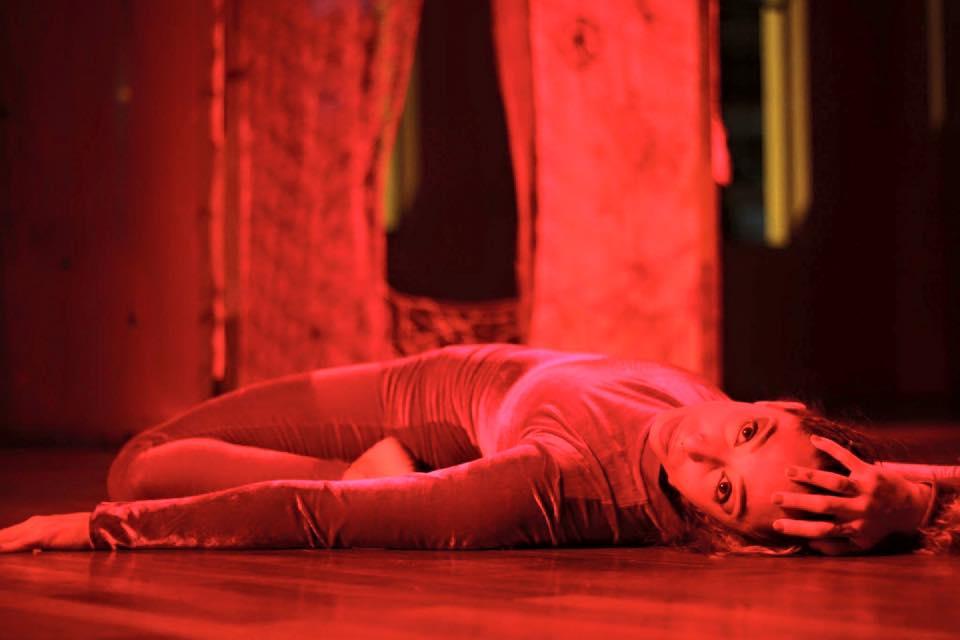 FEITO FIO FOSSE TELA    Helena Heyzer    Tecer um corpo, construir caminhos. Movimento de encontro entre o belo e animalesco, a vida, morte e a busca por novos espaços do corpo real e imaginário.  O corpo da bailarina sob a perspectiva da figura mitológica da mulher aracne é a motivação da obra.   Feito Fio Fosse  Teia constrói sua trama a parti do diálogo entre o feminino e o estranho. Da capacidade de habitar um corpo permeado de transformações e adaptações, criando novos modos de existir e reexistir.   FICHA TÉCNICA:    Concepção e interpretação : Helena Heyzer  Direção de Movimento : Paulo Mantuano  Orientação : Renata Versiani  Figurino  : Helena Heyzer  Duração : 10 ´  Trilha Sonora : Furmiga dub