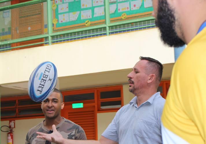 Professor se aproximando da bola oval durante a capacitação de Rugby Escolar N1