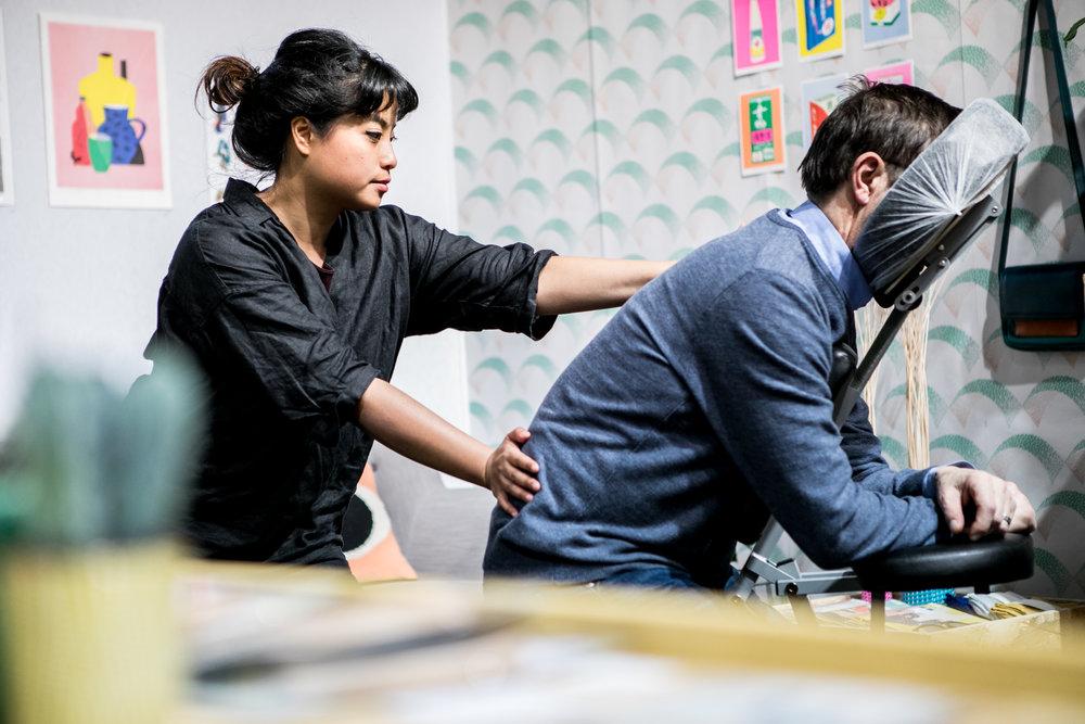 Massages / MARION BROCARD - Marion Brocard propose le massage assis sur chaise ergonomique d'une durée de 10 à 15 minutes.Il se pratique sur les vêtements de la personne, l'enchaînement des manœuvres est focalisé sur le dos, la nuque, les épaules et les brasafin de détendre l'ensemble du corps.www.facebook.com/pg/marion.brocard.massages/