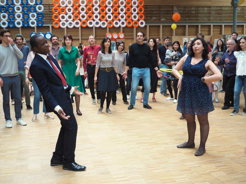 Bal swing / jenn & miles - Bal swingDansez dans une ambiance rétro avec Jenn et Miles.Bienvenue dans les années 30, entendez-vous la voix suave d'Ella Fitzgerald,ou la trompette de Louis Armstrong ? Sentez-vous ce rythme enjoué s'emparer de votre corps ? Vous découvrirez une danse joyeuse et énergique.SAM 5 mai / initiation à partir de 18h30suivie d'un bal swing de 20h30 à 23h.save the date