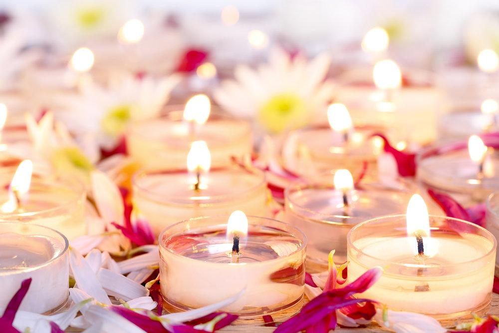 Viele Kerzenlichter mit Blumen.jpg