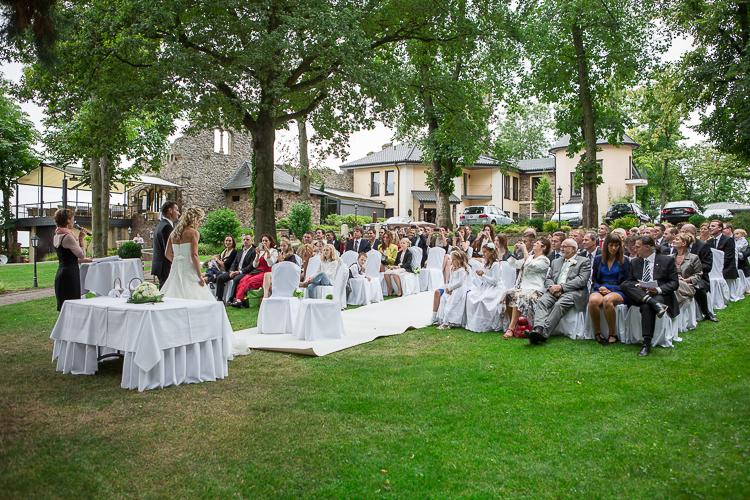 """Die Gäste lauschten der Zeremonie, und der Geschichte """"rund um die Villa Kunterbunt"""".  Freie Trauung von Jacqueline und Rainer in der """"Burg Schwarzenstein"""" in Geisenheim-Johannisberg, Rheingau."""