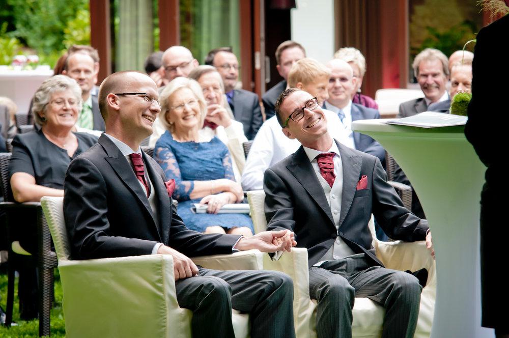 """Rundherum schön! Selbst, als es am Schluss zu regnen beginnt, der Pianist """"I am singing in the rain"""" spielt, der herzlichen Atmosphäre kann das bisschen Regen nichts anhaben. Im Gegenteil.  Freie Trauung von Marcus und Torsten in der """"Villa im Tal"""" in Wiesbaden."""