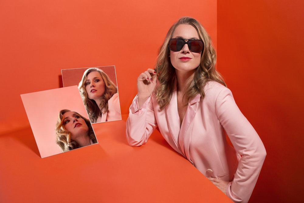 Mélissa Lavergne, la Belle de Belle et Bum, porte les montures G-Force Miroir de Maison Bourdon.