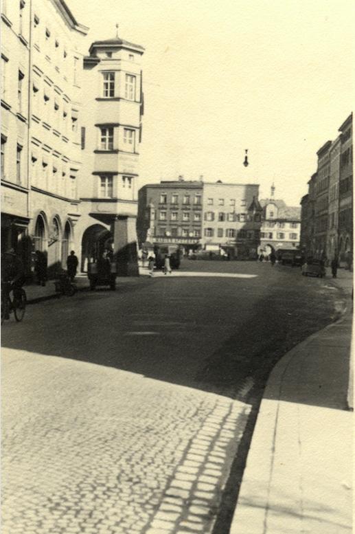 Foto: Olwärther / Stadtarchiv Rosenheim, Max-Josefs-Platz in Richtung Mittertor, ca. 1940.