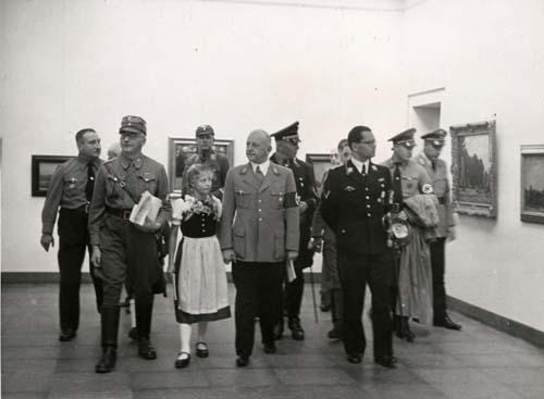 NS-Prominenz bei der Besichtigung des neu eröffneten Galerie-Gebäude am 29. August 1937, geführt von Stadtarchivar und Galerie-Leiter Albert Aschl (links in SA-Uniform), in der Bildmitte Gauleiter Adolf Wagner, 1937  Foto: Stadtarchiv Rosenheim