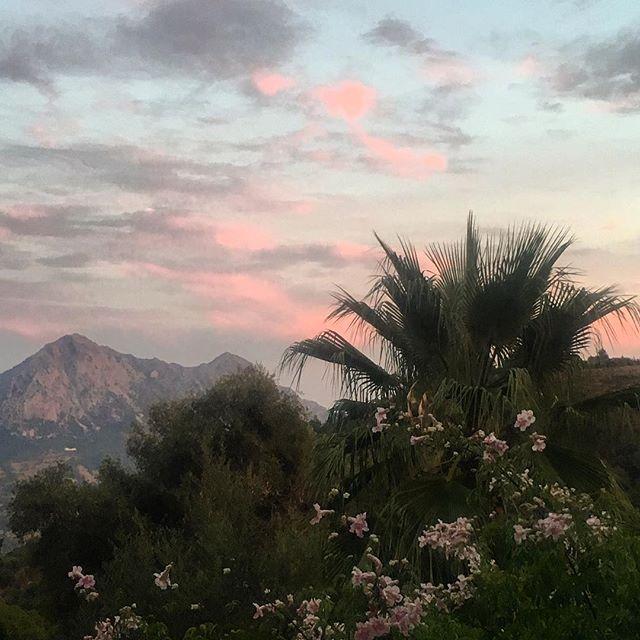 Pretty sunset #gaucin #fincaavedin #sunset #livewell #treatyourself #hideaway #escapetothemountains #mountains #fitnessretreat #luxuryhomes #spain #niceview #holidayhome