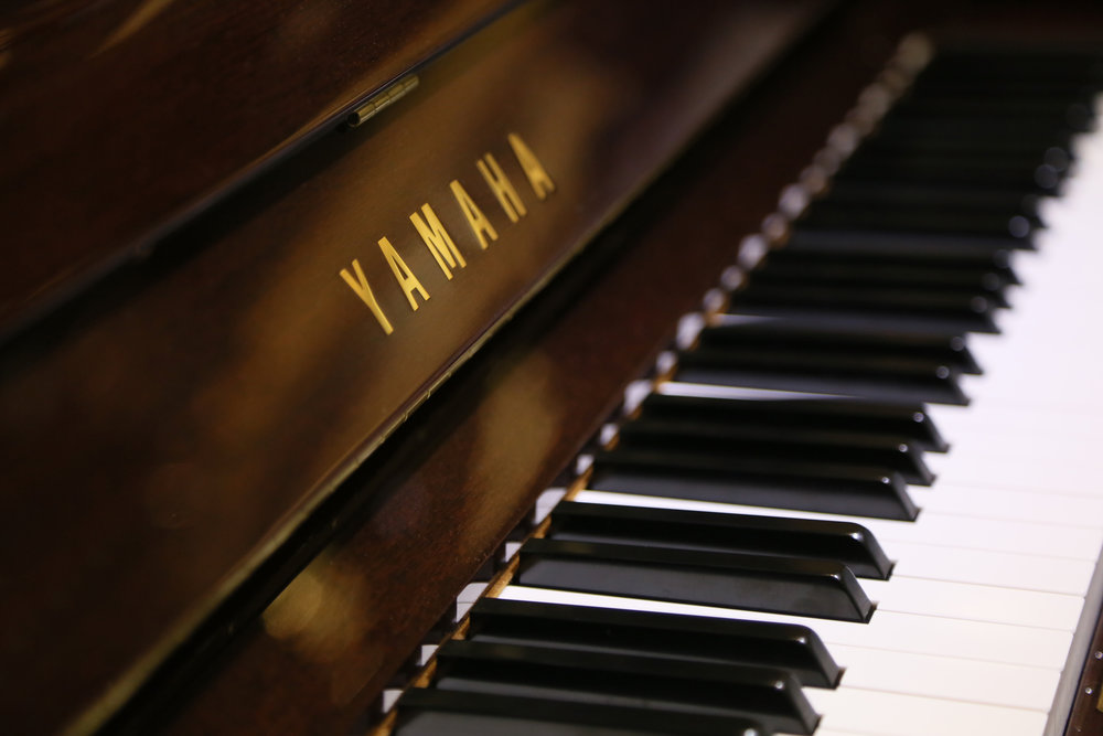 Upright_piano_closeup_beauty.jpg