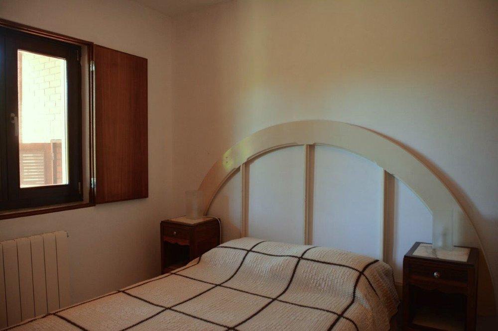 Quarto com cama de casal, orientado a poente, com janela para o jardim.    Double bedroom, facing west, overlooking the garden     Reserve aqui / Book here