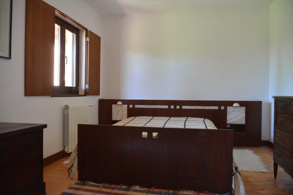 Quarto com cama de casal, orientado a poente, com acesso ao alpendre    Double bedroom, facing west, giving on to the porch     Reserve aqui / Book here