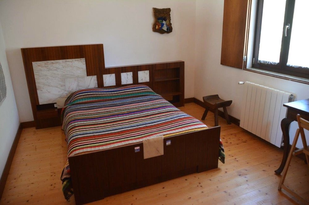 Quarto com cama de casal, orientado a nascente, com mezanino  Loft with double bed, facing east, overlooking a bushy fence    Reserve aqui / Book here