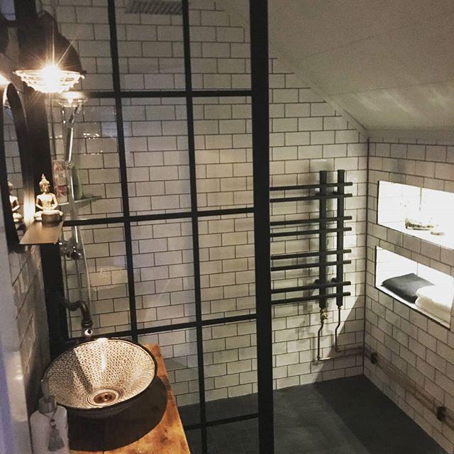 Nyrenoverat badrum lagom till jul, vilken dröm! 🎅❄️☃️ . . #optimalösningmedglasvägg #hemmahoskund #wow #inredning #badrumsdröm #badrumsrenovering #badrum #duschvägg #industridesign #industrivägg #glasvägg #inspiration #dusch #industriglasvägg #interiordesign #interior #nordiskdesign  #swedishdesign
