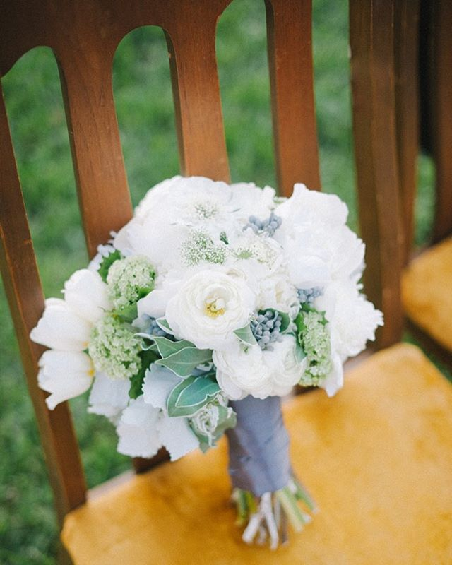 Claire & Zach | probably one of my favorite bouquet shots of all time: fleurs from @juliarohdedesigns atop an @unearthedvintage chair styled and captured by @sheachristinephoto 💛#desireedawnevents #vintagemodernwedding #backyardwedding