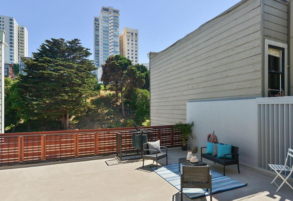 836 Bay Street - balconey