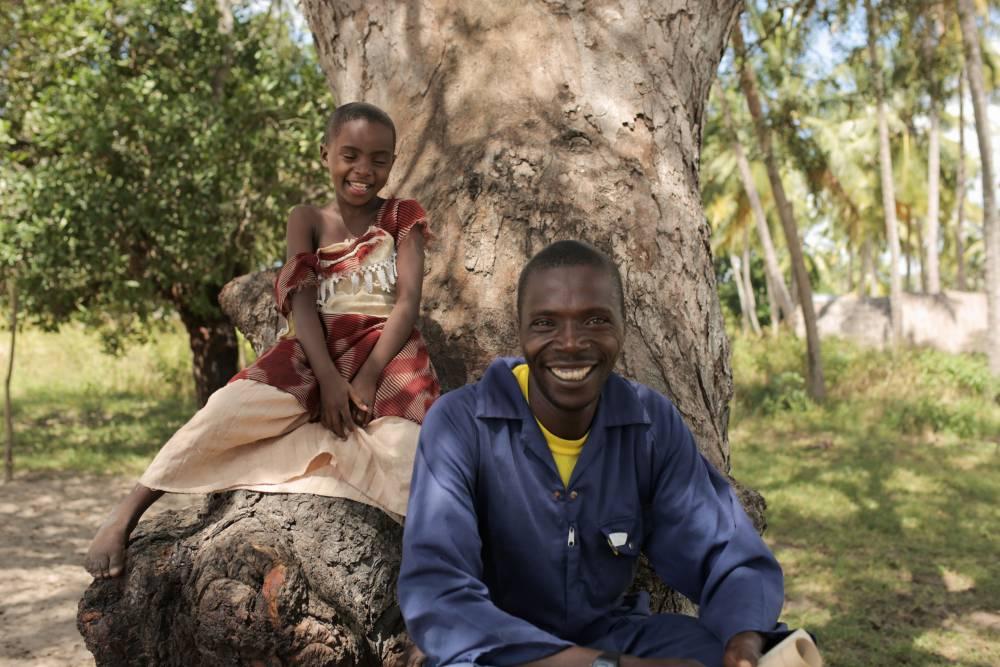 Abdallah og hans datter i den Tanzanianske FSC-landsby Nainokwe. Her tjener landsbyen penge på at drive skovene bæredygtigt med FSC.