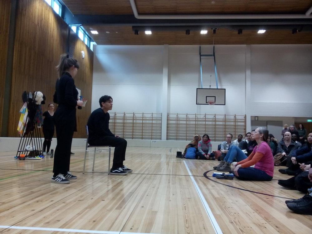 Jasir esitti näytelmässä nuorta, joka kertoi liikunnan opettajalleen, ettei kokenut olevansa poika