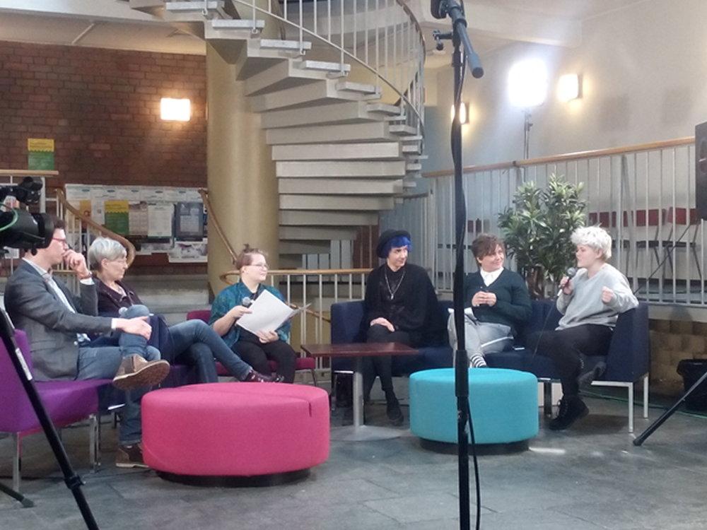 Paneelin osallistujat vasemmalta oikealle: Jukka Marianvaara, Kirsi Pimiä, Johanna Heikkinen (paneelin vetäjä), Dominic Ortju, Silvia Modig ja Henkka Remes