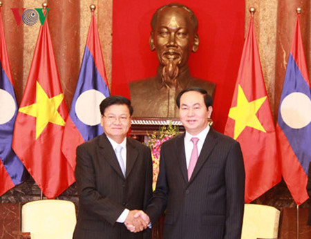 General Secretary of the Communist Party of Vietnam Nguyen Phu Trong and the visiting Lao Prime Minister Thongloun Sisoulith on 15 May 2017 Photo: VNA