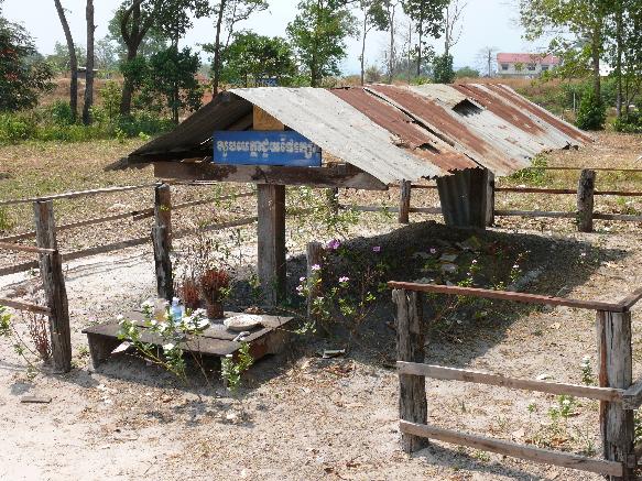 Tomba Pol Pot, E' stato cremato con le gomme dei trattori e dei camion, il massimo dell'umiliazione; Du Hangst; CC BY 2.0