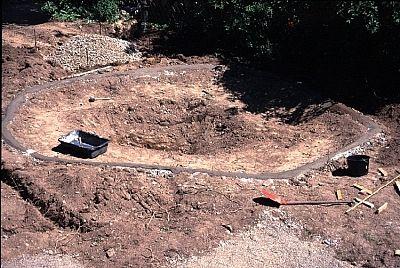 Nach dem groben Ausheben der Teichanlage per Hand oder wenn möglich mit einem Minibagger, wird erst der Rand exakt nivelliert und mit Beton ausgeformt. -