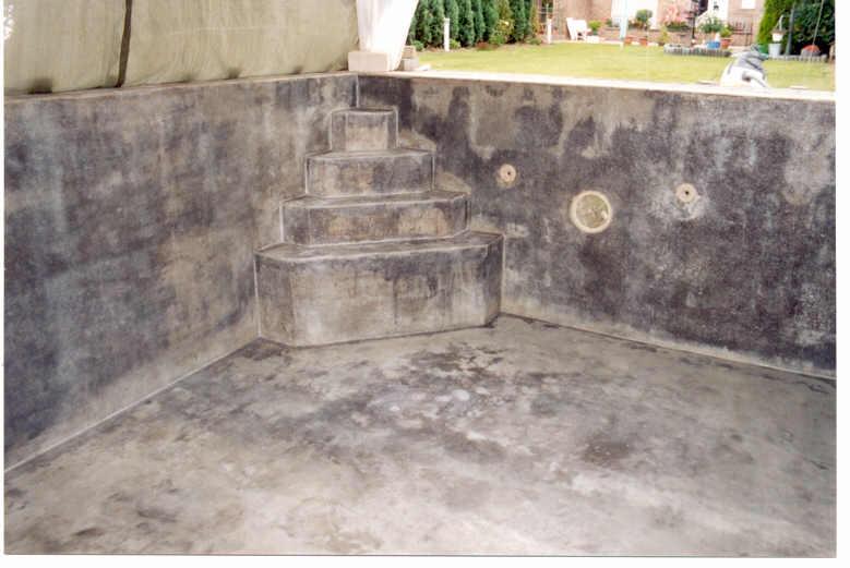 Die Beschichtung ist fertig, die Beleuchtung, Strömungsdüsen, Abläufe usw. sind im Mauerwerk mit eingesetzt und überlaminiert worden. Details dazu in meiner Teichbauanleitung(PDF). -