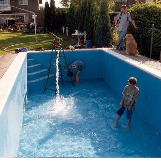 Wasser marsch! Badespaß im fertigen Pool. . . . . . . . #teichbau #gartenfreude #schwimmen #swimmingpool #schwimmbecken #schwimmbad #schwimmteich #schwimmpflanzen #baustelle #handwerk #deutscheshandwerk #gfk #kunststoff #kölnbloggt #homeiswherethedomis #gartenarbeit #gartengestaltung #landschaftspflege #gartenreich #gartenglück #garteneden #diy #bauarbeiten #baustellenromantik #baustellentagebuch