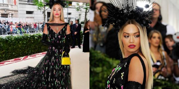 Rita Ora in een jurk van Prada. Haar haren steil in een strakke middenscheiding.