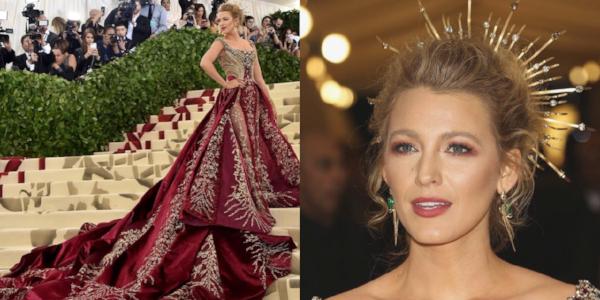 Blake Lively in een jurk van atelier Versace. Haar haren losjes opgestoken en de look wordt afgemaakt met een gouden kroon.