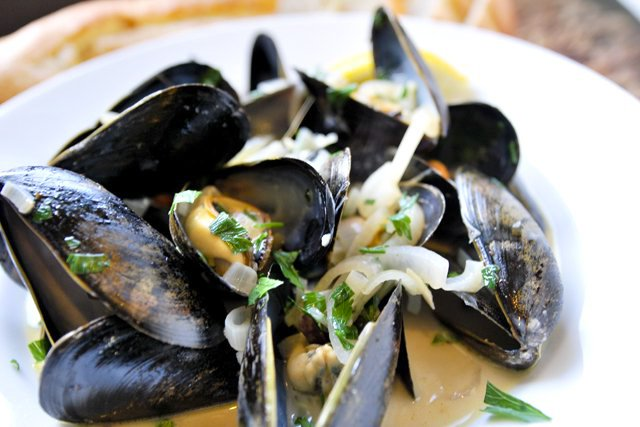 How-to-Make-Steamed-Mussels-in-White-Wine-Broth.jpg