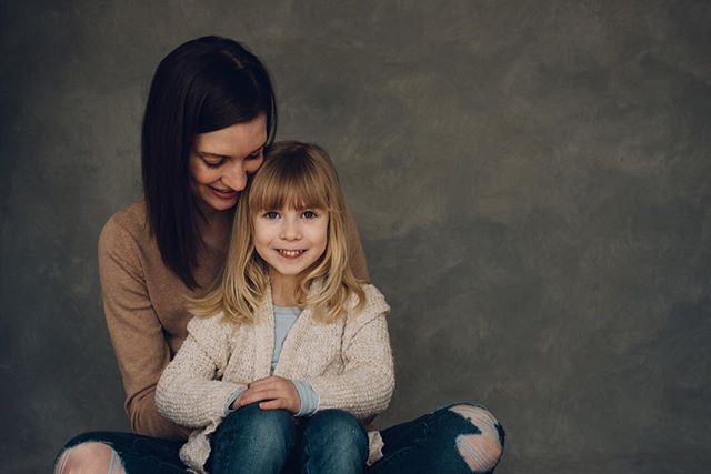 A cozy, autumn mother and daughter shoot. Loving the warmth our drop added to this photo by @brianalsnyder  #dayton #daytonohio #daytonphotography #daytonphotographer #handpaintedbackdrops #paintedbackdrop #photographybackdrops