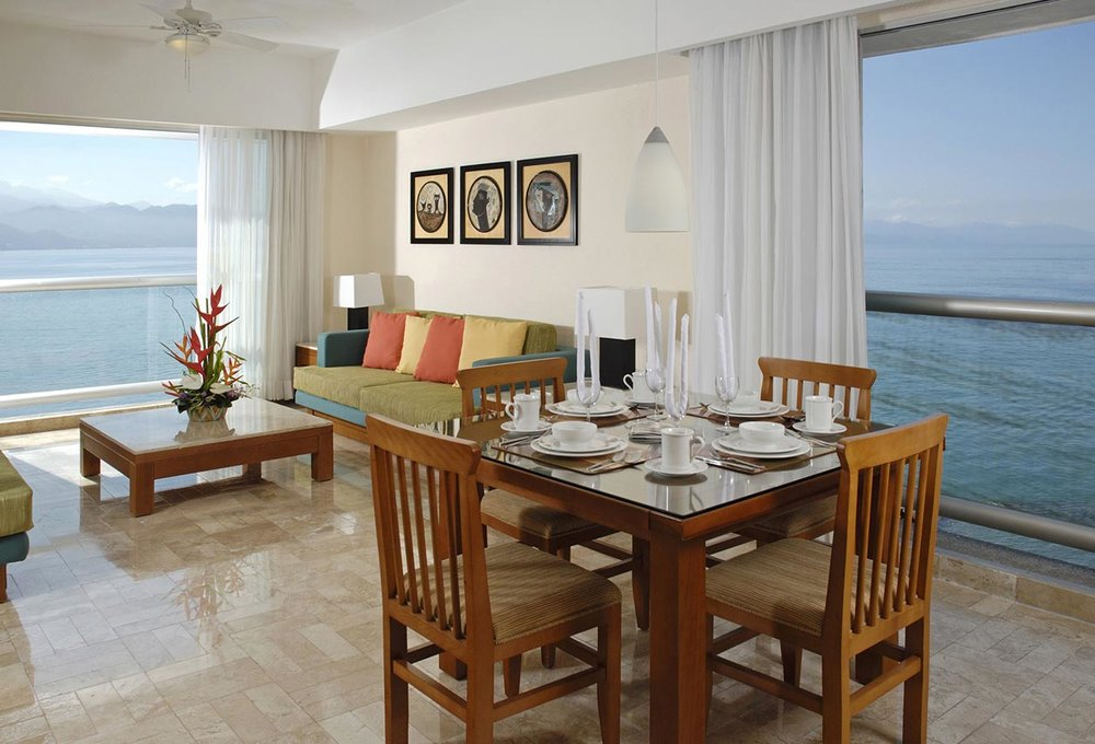 PACKAGE 2 - PRIVATE ROOM /KING SIZE W/ PRIVATE BATH  Features:Private Bath, Air Conditioning, Shared Modern Suite,King Size Bed, Proximity to Ocean
