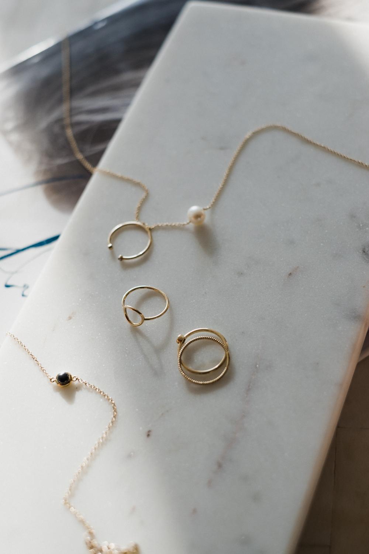 mejuri-goldjewelry-flatlay